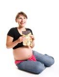 Schwangere Frau, die Schokolade isst lizenzfreie stockfotos