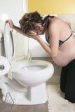 Schwangere Frau, die Schwangerschaftsübelkeit während hat Stockfotos