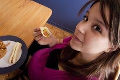 Schwangere Frau, die ungesunde Fertigkost isst Stockbilder