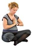 Schwangere Frau, die Yoga tut Lizenzfreies Stockbild