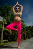 Schwangere Frau, die Yoga tut Stockfotografie