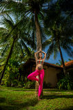 Schwangere Frau, die Yoga tut Stockfoto