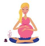 Schwangere Frau, die Yogalotosstellung tut Stockfotos