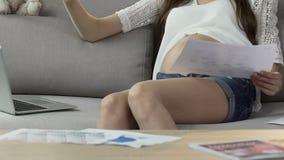 Schwangere Frau, die zu Hause arbeitet, Statistiken in Datei, Workaholic setzend stock video