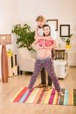 Schwangere Frau, die zu Hause ausbildet Stockbilder