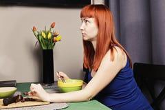 Schwangere Frau, die zu Mittag isst lizenzfreies stockbild