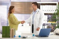 Schwangere Frau am Doktor Stockfoto