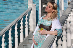 Schwangere Frau draußen entspringen Stockbild