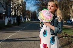 Schwangere Frau draußen entspringen Lizenzfreie Stockfotografie