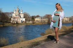 Schwangere Frau draußen entspringen Stockfotografie