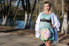 Schwangere Frau draußen entspringen Lizenzfreie Stockbilder