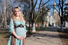 Schwangere Frau draußen entspringen Stockfoto