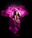 Schwangere Frau in einem rosafarbenen Kleid Stockbilder