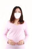 Schwangere Frau in einer schützenden Schablone Lizenzfreie Stockfotografie