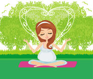 Schwangere Frau entspannen sich, Yoga tuend Lizenzfreies Stockfoto