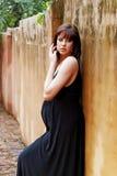 Schwangere Frau gegen grunge Wand Lizenzfreies Stockbild