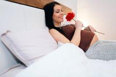 Schwangere Frau glücklich für Blume Stockfotos