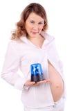 Schwangere Frau hält blauen Blinkgeber an Stockfoto