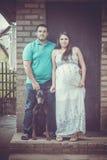 Schwangere Frau, ihr Ehemann und Dobermann stockfoto