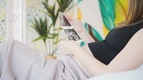 Schwangere Frau im Bett stock footage