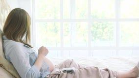 Schwangere Frau im Bett stock video footage