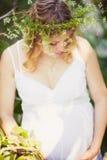Schwangere Frau im grünen Wald Lizenzfreies Stockbild