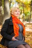 Schwangere Frau im Herbstpark Stockfoto