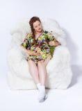 Schwangere Frau im Lehnsessel Stockfotografie