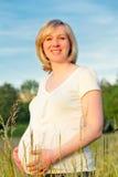 Schwangere Frau im Park Stockbild