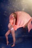 Schwangere Frau im rosafarbenen Kleid Stockbilder
