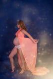 Schwangere Frau im rosafarbenen Kleid Lizenzfreie Stockfotos