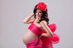 Schwangere Frau im roten Kleid Stockfotos