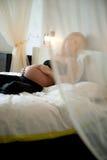 Schwangere Frau im Schlafzimmer Lizenzfreies Stockfoto