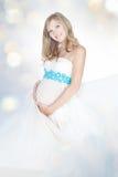 Schwangere Frau im weißen Blatt Lizenzfreies Stockfoto