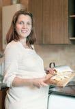 Schwangere Frau kocht Lachse Stockfoto