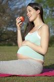 Schwangere Frau mit Apfel Stockbilder