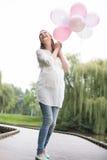 Schwangere Frau mit Ballonen Stockbilder