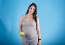 Schwangere Frau mit dem Apfel Stockfoto