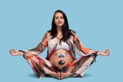 Schwangere Frau mit einem Muster auf dem Bauch Stockfotos