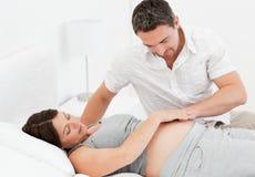 Schwangere Frau mit ihrem Ehemann Stockfotos
