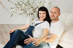 Schwangere Frau mit ihrem liebevollen Ehemann in einer glücklichen Erwartung Stockbild