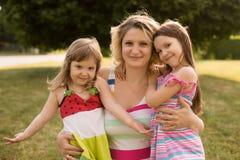 Schwangere Frau mit ihren Töchtern Stockfotos