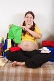 Schwangere Frau mit Käufen Stockfotografie