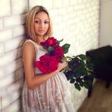 Schwangere Frau mit roten Rosen lizenzfreies stockfoto