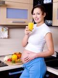Schwangere Frau mit Saft Stockfotos
