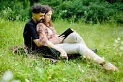 schwangere Frau mit seinem Ehemann stockfotos