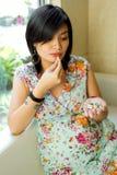 Schwangere Frau nehmen verschiedene Pillen Stockfotografie