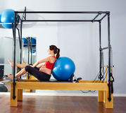Schwangere Frau pilates Reformer fitball Übung Stockfotos