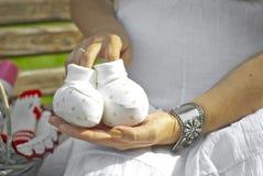 Schwangere Frau sitzt auf der Niederlassung Stockbilder