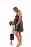 Schwangere Frau und ihr Sohn stockfotografie